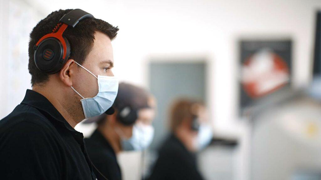 Pionier Philip hier zu sehen mit Maske während eines Livestreams.