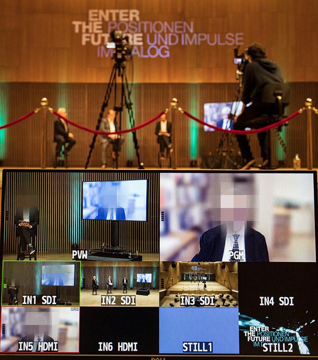 Moderator, Gäste und virtueller Redner agieren miteinander, als seien alle im selben Raum.